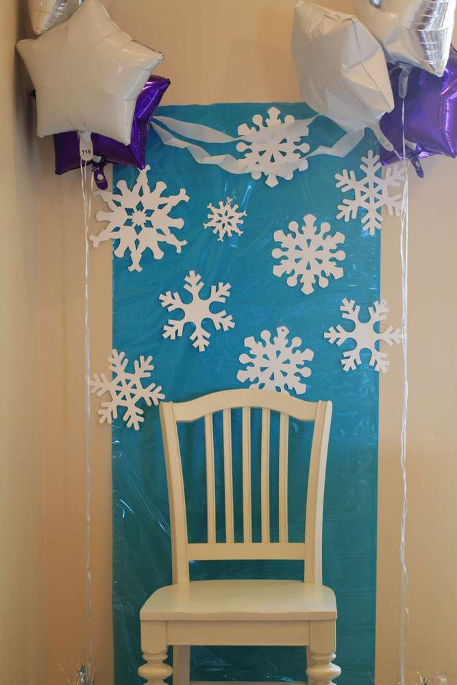 Easy Frozen Party Photo Booth Backdrop