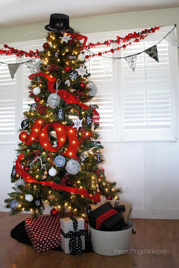 White Christmas Tree With Red And Black Decorations Photo 22
