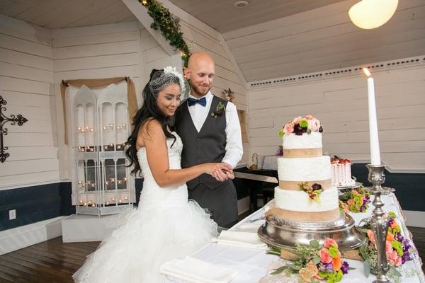 vintage-summer-nuptials-cake-cutting