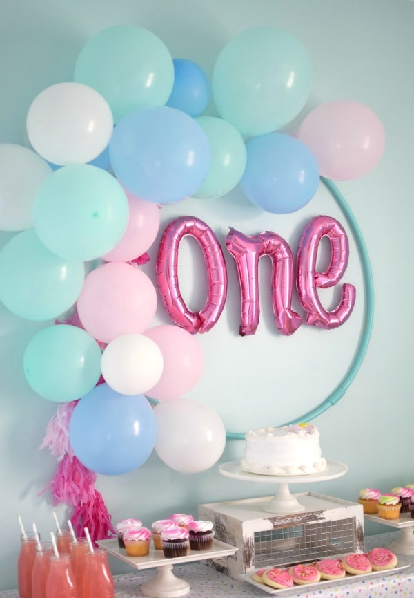 Diy hula hoop balloon wreath pretty my party for Backdrop decoration for birthday