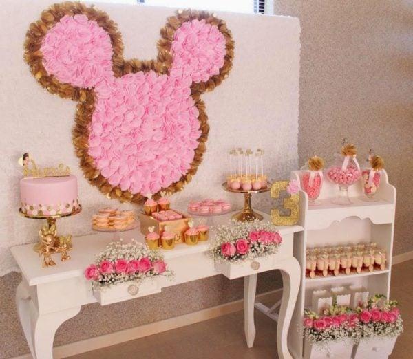 DIY Flower Minnie Mouse Backdrop   Minnie Mouse Party Ideas