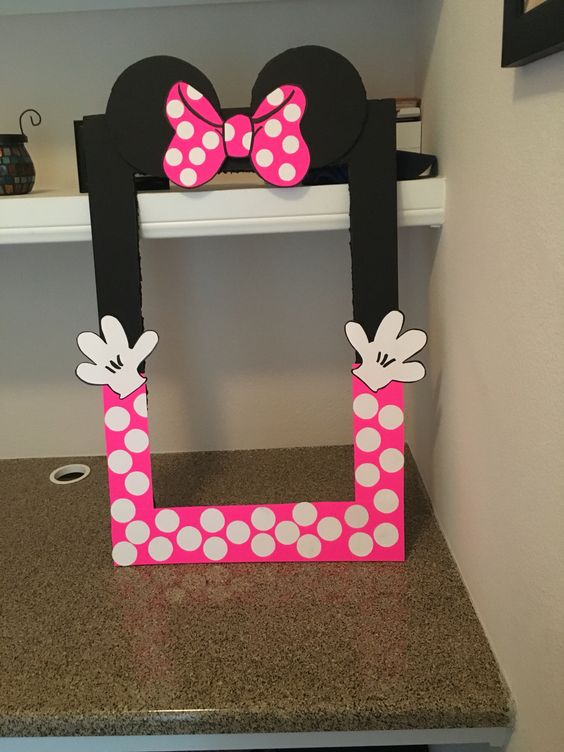 DIY Minnie Mouse photo booth frame