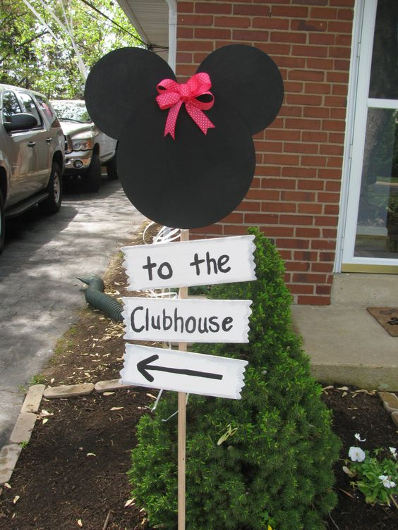 Minnie Mouse party sign