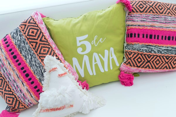 5 De Maya Llama and Cactus Party Decor